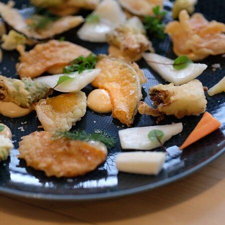 È sempre garantito un piatto vegano e senza glutine. Qui proponiamo una tempura croccante di verdure.