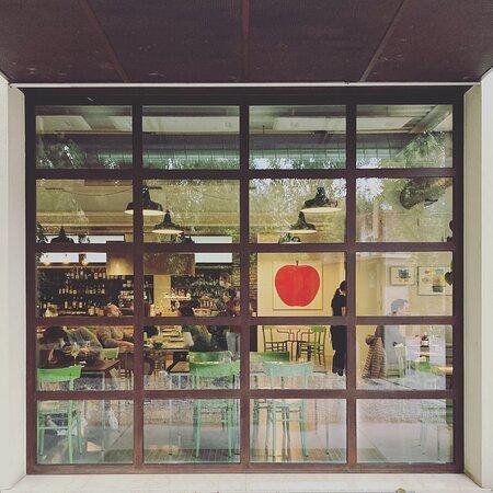 Mutty è un luogo accogliente, che ama e promuove l'arte, l'illustrazione e il design.