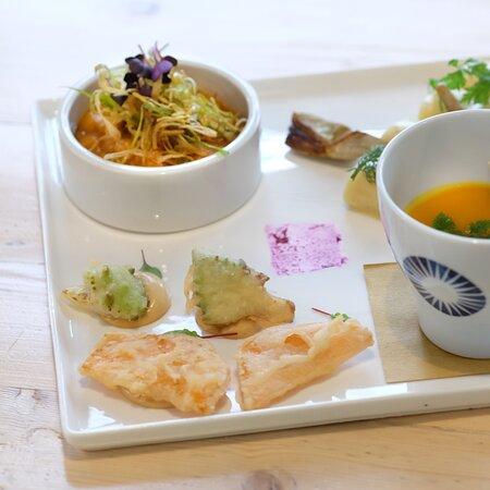 Ogni giorno a pranzo un Piatto Collage, diverso ogni settimana: completo, leggero e gustoso.