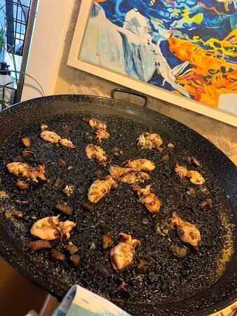 Paella negra con almendritas