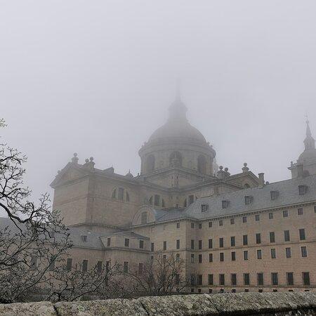 San Lorenzo de El Escorial, Spain: El monasterio entre niebla..