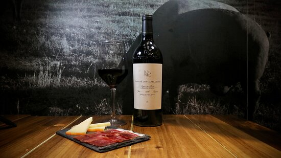 Pago De Los Capellanes Reserva is an intense #wine with great balance and complexity.  Tasting notes ruby-red colour with intense garnet tones. Ripe fruit, cherry, redcurrant and smoky hints with a background of liquorice. A new experiencie for your taste.