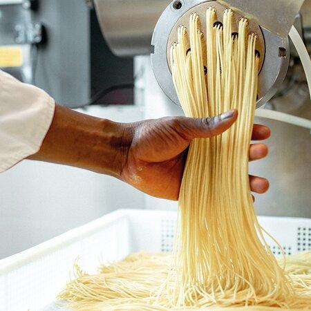 Wir stellen unsere Pasta frisch in unserer Manifattura her. Genau das ist es, was Dein VAPIANO so besonders macht: die frischen Zutaten und die individuelle Zubereitung Deines Lieblingsgerichts!