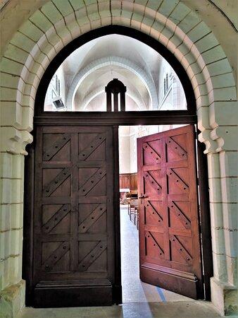 Cette église dépendit longtemps de la Collégiale Sainte-Radegonde de Poitiers. Reconstruite plusieurs fois, elle mérite une visite comme témoin de l'histoire locale et pour ses beaux vitraux. Ce peut être aussi l'occasion de découvrir la vie de Sainte-Radegonde, personnage emblématique du Poitou, une exposition permanente lui est consacrée dans la nef. Un monument du 19ème, consacré en 1862,  fort accueillant, en bon état, qui peut être une étape au cours d'une balade pédestre dans ce joli bourg