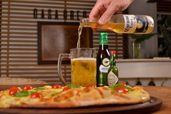 Pizza Margherita assada no forno a lenha e cerveja gelada.