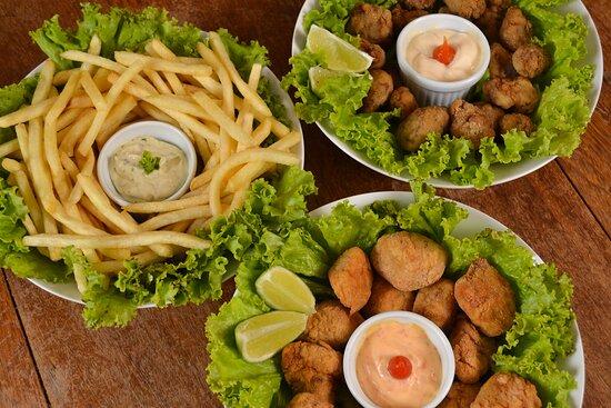 Porções de batata frita, iscas de franco e iscas de carne.