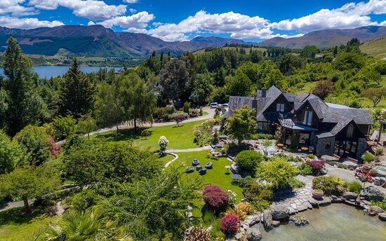 Frankton, New Zealand: Nockie's Palette Cellar Door, views, lake, pond, flowers and garden... a little paradise
