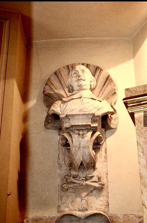 The memorial to Winnoch de Wiel 1663 has a good bust on a strapwork corbel, with a scallop shell background.