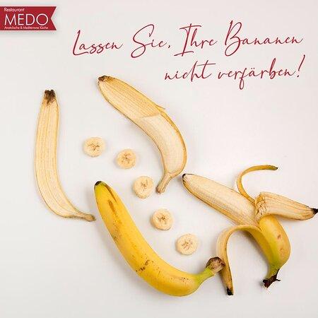 Bananen, die Sie gerne kaufen, werden nach zwei Tagen schwarz und Sie sind es satt richtig? Dann haben wir eine Lösung für Sie, damit Ihre Bananen nicht mehr schwarz werden. Bananen, die alleine stehen verfärben sich später um es noch länger haltbar zu halten können Sie die Spitze mit einer Plastiktüte umwickeln. Außerdem stellen Sie die Bananen nicht in den Kühlschrank. Auch wenn sie das Gefühl haben das es später verfärbt ist, verliert es an Geschmack. #MEDORestaurant #Bleibzuhause #Siegburg