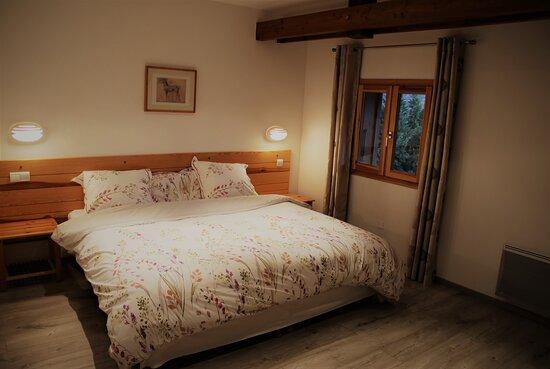 """Chambre """" Clos Jaunier """"  Trés grand lit et possibilité de transformer cette chambre  pour 3 personnes  déclinable en 3 lits simple"""