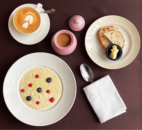 Знаете от какого завтрака пробуждается боевой дух, а все тело наполняется энергией и силой?! ⠀ Конечно от фирменных каш  в @roastbeef_cafe_astana🔥 ⠀ На фото представлена рассыпчатая, пшенная каша, приготовленная на натуральном молоке🤤 ⠀ Подаем со свежим хлебом и ломтиками сливочного масла🥖 ⠀ Добро пожаловать😉