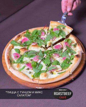 Нет лучше в мире чувства, чем горячая пицца на твоем столе🔥 ⠀ Сегодня для вас выступает тонкое хрустящее тесто, где сочная начинка из филе тунца гармонично сочетается с расплавленным сыром и ароматной зеленью - яркое воплощение вкуса в каждом кусочке 🤤 ⠀ Друзья, так же можно заказать свежую, горячую, сытную пиццу с доставкой на дом😉