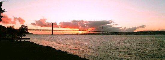 Lisboa, Portugal: Sunset in Cacilhas