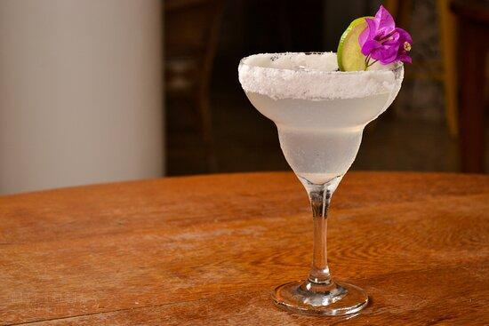 Drink Margarita feito com tequila branca, limão, licor de laranja e sal na borda da taça.