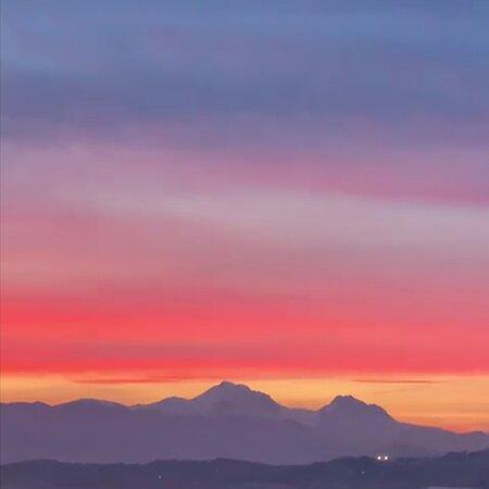 Montesilvano, Ý: La bellissima addormentata.... Gran sasso al tramonto.