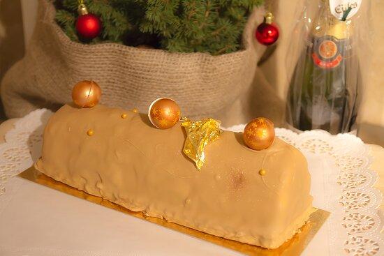 Kallmuenz, Đức: Der französische Weihnachtskuchen << Bûche de Noël >> ist eine wahre Delikatesse aus Biskuit, einer fruchtigen Füllung, einer Butter-Creme-Füllung und einem Schokoladenmantel. Immer zur Weihnachtszeit im Café Pique-Nique. Auch für Ihre Weihnachtsfest bestellbar. Bon appetit.