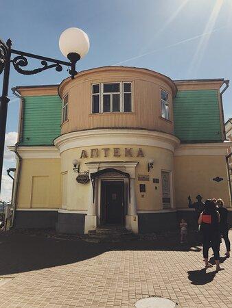 Фасад дома и главный вход в музей «Старая Аптека»