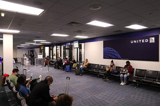 United Airlines: December - UA1470 Washington/Dulles to Phoenix 737-900 (#3473) FC Seats 3E & F - IAD Airport