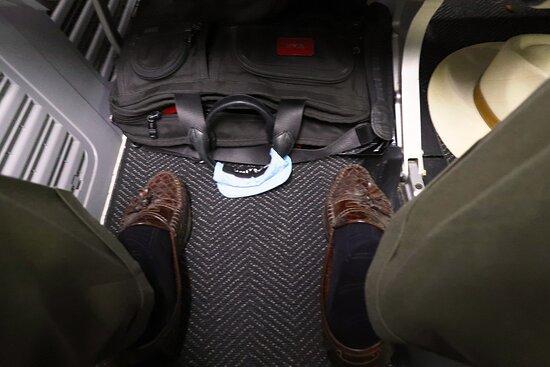 United Airlines : December - UA444 Phoenix to Washington/Dulles 737-900ER (#3473) FC Seats 3A & B - Footroom