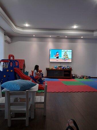 Playground interno com muitos brinquedos!