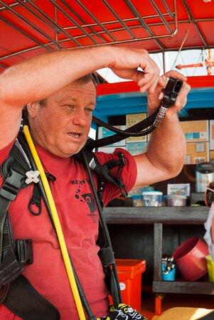 ไม่เคยดำน้ำมาก่อนใช่ไหม?  มาทดลองดำDSD(ทดลองการดำน้ำลึก) อาจารย์มาร์คจะอธิบายพื้นฐานทั้งหมดเกี่ยวกับการดำน้ำและโชว์ให้คุณเห็นโลกใต้น้ำที่สวยงาม  เรามั่นใจว่าคุณจะต้องยิ้มกว้าง Never dived before? Join the Discover Scuba Diving program. Instructor Mark will explain you all the basics about diving and show you the beautiful underwater world. We are sure you will come to the surface with a big smile!