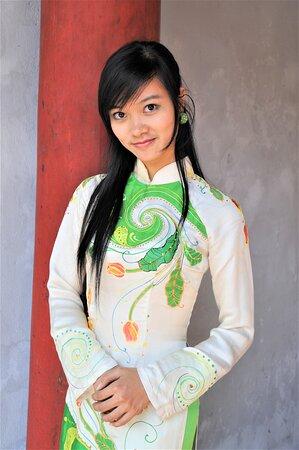 Studentessa nel Tempio della Letteratura - Hanoi - Vietnam.  (Questa foto non è quella di cui parlo nel post sottostante, pure scattata ad Hanoi, ma primo piano di altra ragazza). Cliccare sulla foto per vederla come scattata.
