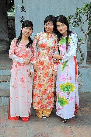 Tre studentesse in visita al Tempio della Letteratura ad  Hanoi - Vietnam. Indossano l'abito tipico vietnamita, l'ao dai.  Cliccare sulla foto per vederla come scattata.