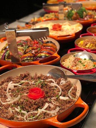 Buffet com pratos variados do cardápio e várias opções exclusivas.