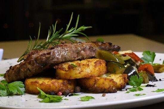 Naco de Novilho com Batata Rosti, Legumes Salteados e creme de Queijo da Serra