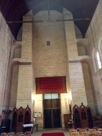Massay, فرنسا: Construite au cours des 2ème, 14ème, 15ème, et 16ème siècles, elle était l'église de l'abbaye Saint-Martin jusqu'à la disparition de la communauté en 1735. Elle devient église paroissiale en 1739.  La Tour Chamborand qui sert de clocher-porche est impressionnante.  Cette église, les restes de l'abbaye mérite un arrêt dans cette commune de Massay. Je fut accueilli chaleureusement à la mairie, guidé et conseillé avec efficacité.