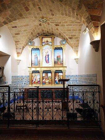 Capilla del palacio con retablo