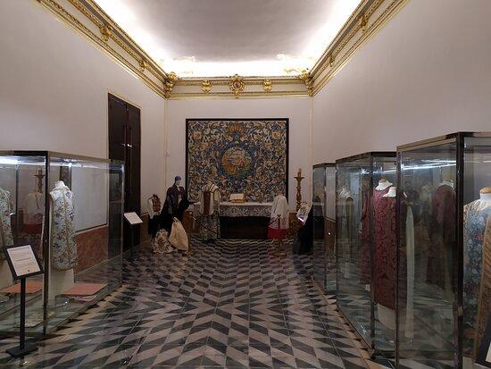 Vitrinas con la capilla al fondo