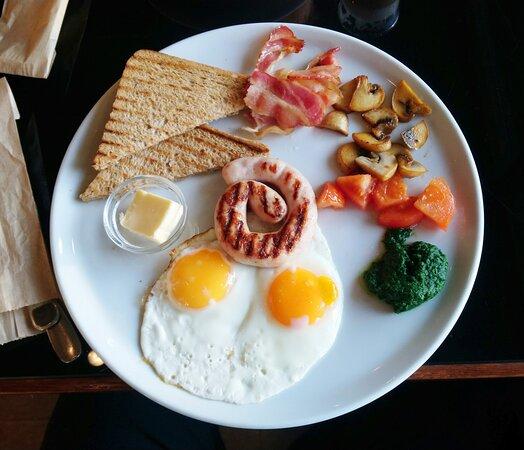 Английский завтрак. Жаренный бекон, яичница глазунья, тосты, помидоры, колбаска (куриная) жаренные шампиньоны, соус.