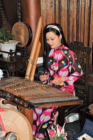 Intrattenimento in un ristorante di Hanoi - Vietnam.  Cliccare sulla foto per vederla come scattata.