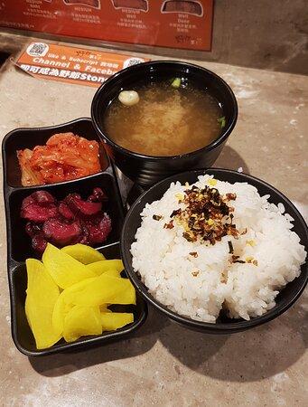 定食包前菜三點、白飯及味噌湯