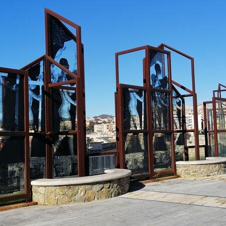 Monumentale opera pubblica di Borondo, lo street artist spagnolo. Si compone di 185 lastre di vetro stampate ed è tra le più maestose  opere di serigrafia realizzate all'aperto. È ospitata in una delle aree esterne del Complesso del San Giovanni.