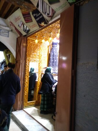 Via típica da medina e suas lojas.