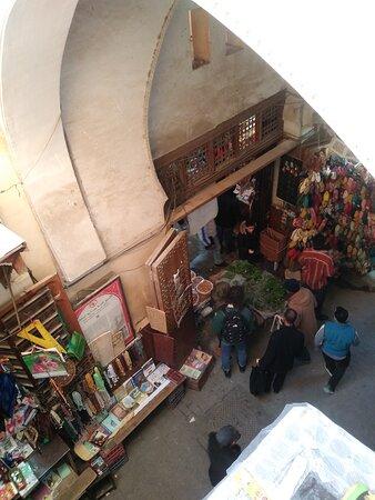 Via típica da medina e seu comércio.