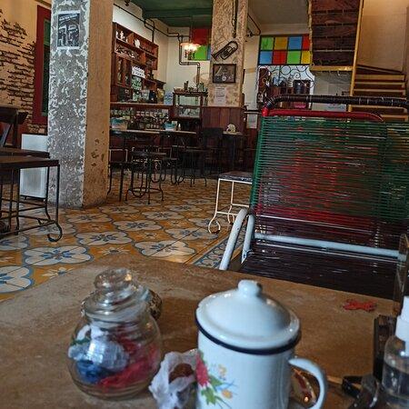 Kopi Riolo Makassar terletak di jalan beruang makassar menyajikan kopi khas jaman dulu, kue2 tradisional serta makanan berat khas jaman dulu tersedia disini. Nuansa tempatnya juga keren dan bersih. Apa lg kopi nya, mantapppppp