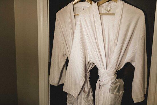 Millthorpe, Australia: Robes make sharing a bathroom much more civilised...