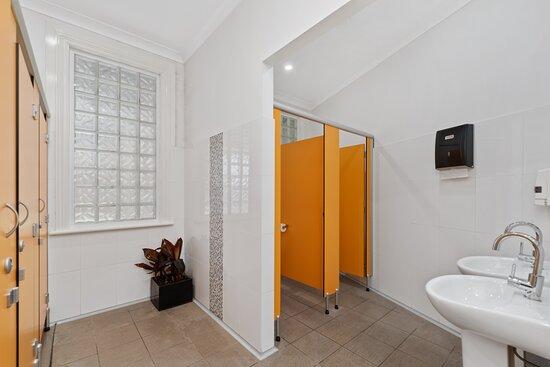 Millthorpe, Australia: We have two modern bathrooms