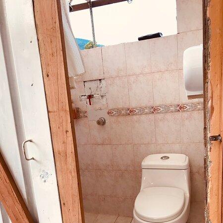 Los dos baños con las duchas quedan en el exterior de las habitaciones, tenemos agua caliente y una vista espectacular, esto hace que nos impregnemos de aire entre montañas