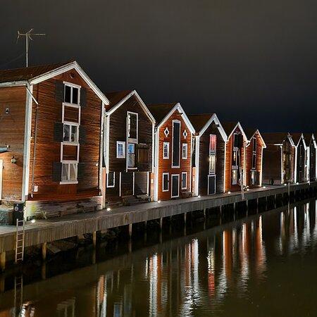Hudiksvall, Sverige: ストックホルムから列車に乗って、この駅で夜行列車に乗り換え、スウェーデン北部の町に移動出来ます。 港町らしく、水路に沿って店が並んでおり水面に写った光が綺麗かったです。