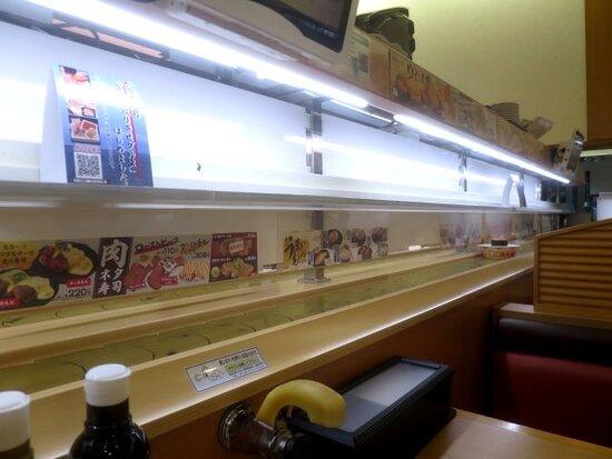 オーダー中心で回転レーンのお寿司は少なめ