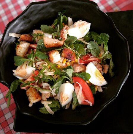 SALADE CAMPAGNARDE : Laitue, tomates, mais, croutons, oeufs durs, poulet, oignons.