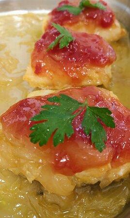 Bacalao con cebolla caramelizada y confitura de tomate