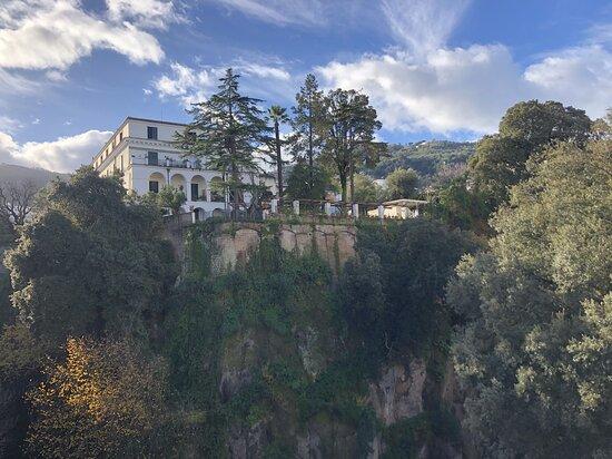 Panoramica del parco e della Villa dove sorge il Relais La Rupe