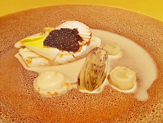 Third course: Grilled turbot, chicory, celery root, truffle😋 For Christmas we ordered a 5-course dinnerbox at Michelin restaurant Vista, Willemstad again. It was delicious😋😋. Just a little bit of work to enjoy a lovely star dinner meal at home🍽🍴.