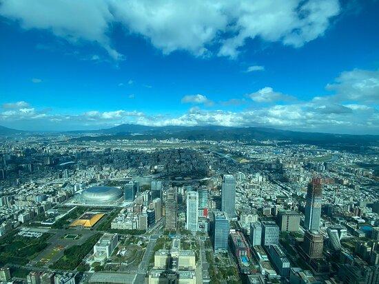 全台最高的大樓,體驗最高速電梯會有飛機起飛的感覺,也會耳鳴喔。全體服務非常貼心體貼,各項導覽解說都很詳細,展場空間又很舒適可以慢慢放鬆體驗一下全台最高的大樓和高度空間感。