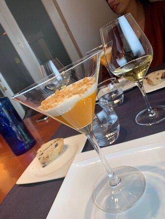 Todo espectacular del aperitivo al postre, por destacar el mejillón tigre sorprenderte y delicioso y el trato de 10!!!!